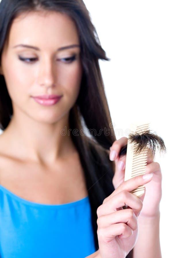 Mujer que mira en los extremos del pelo imagen de archivo