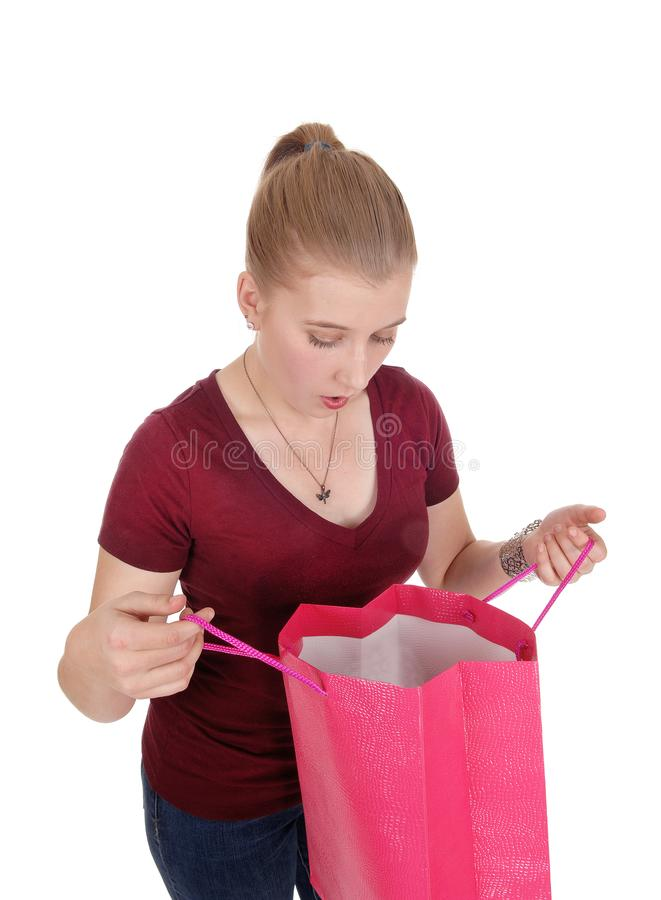 Mujer que mira en su panier vacío foto de archivo libre de regalías