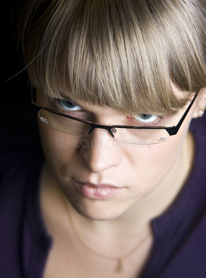 Mujer que mira fijamente sobre los vidrios