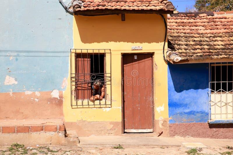 Mujer que mira hacia fuera ventana, Trinidad, Cuba fotos de archivo libres de regalías