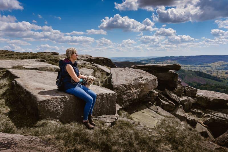 Mujer que mira la visi?n en las rocas de Derbyshire foto de archivo libre de regalías