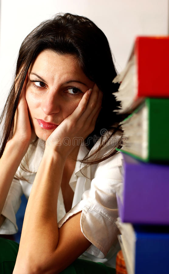 Mujer que mira las carpetas de la oficina. fotografía de archivo libre de regalías