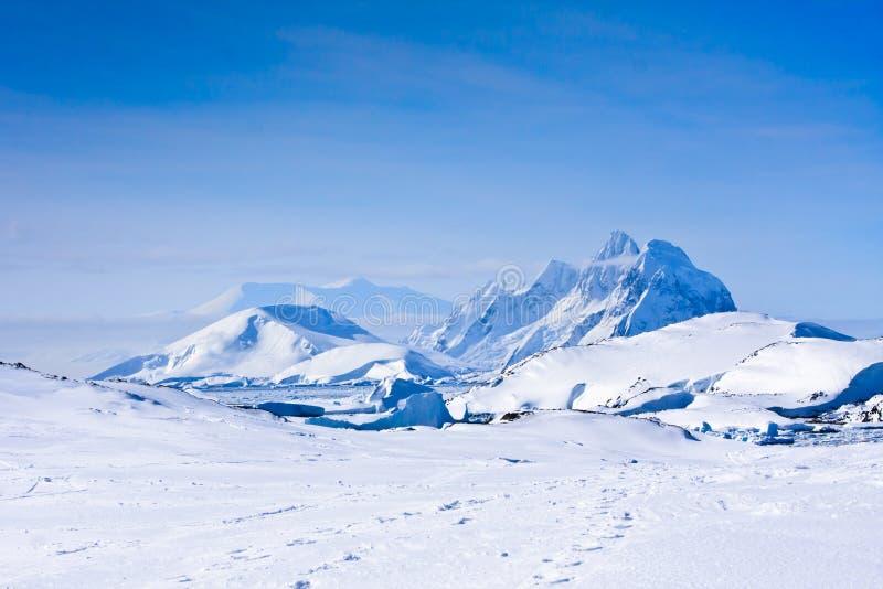 Mujer que mira las montañas nevadas imágenes de archivo libres de regalías