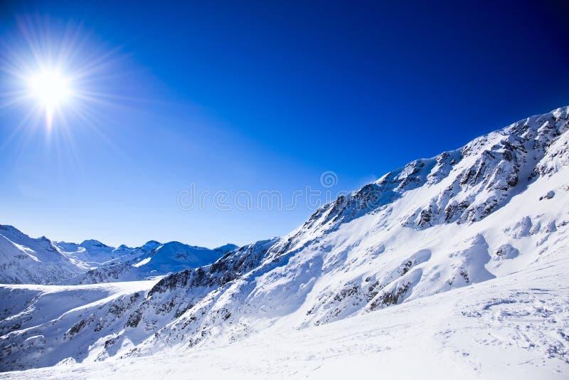 Mujer que mira las montañas nevadas imagenes de archivo
