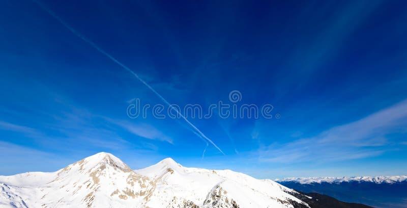 Mujer que mira las montañas nevadas fotos de archivo