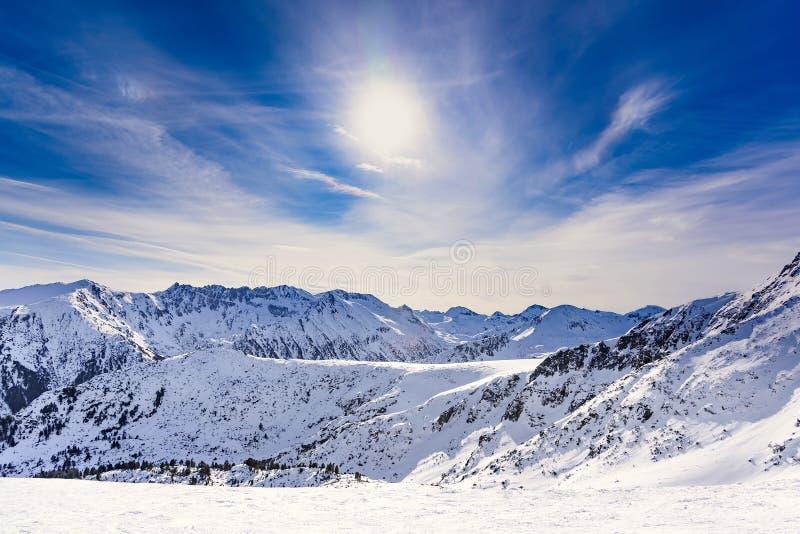 Mujer que mira las montañas nevadas imagen de archivo libre de regalías
