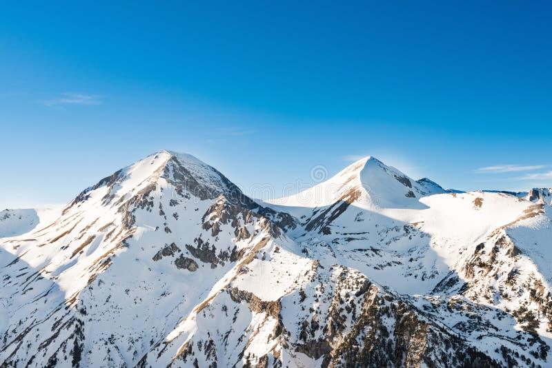Mujer que mira las montañas nevadas fotografía de archivo libre de regalías