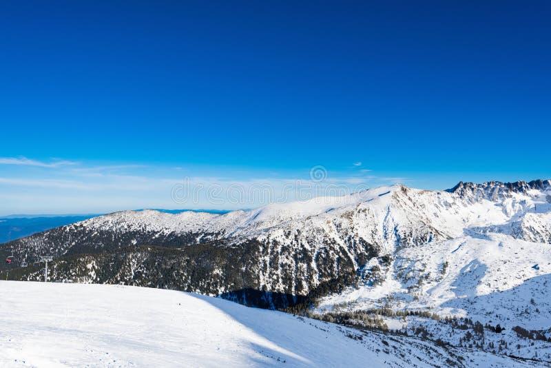 Mujer que mira las montañas nevadas imagen de archivo