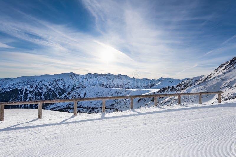Mujer que mira las montañas nevadas foto de archivo libre de regalías