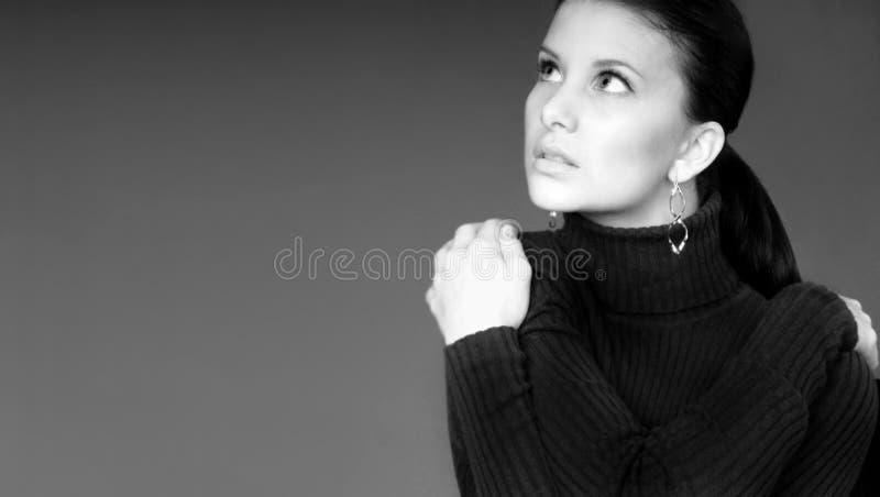 Mujer que mira para arriba fotografía de archivo