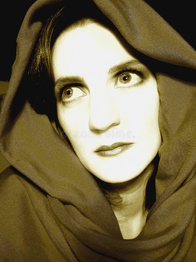 Mujer que mira para arriba el retrato foto de archivo libre de regalías
