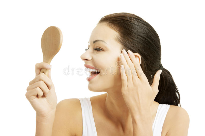 Mujer que mira se en el espejo imagen de archivo libre de regalías