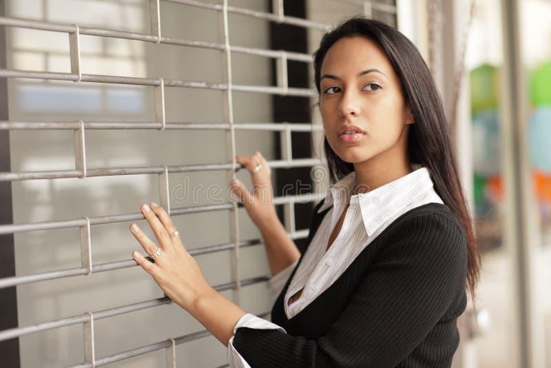 Mujer que mira sobre su hombro imagen de archivo libre de regalías