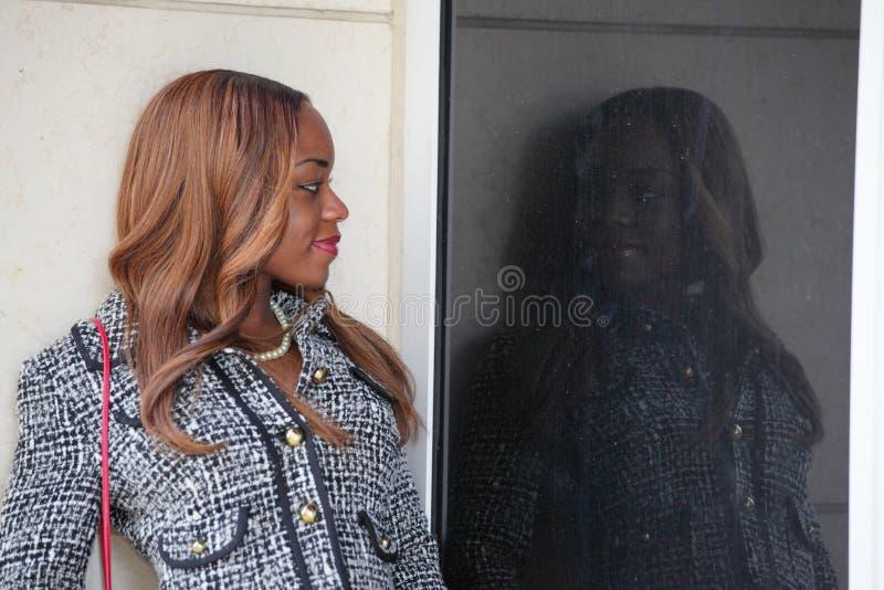 Mujer que mira su reflexión fotografía de archivo