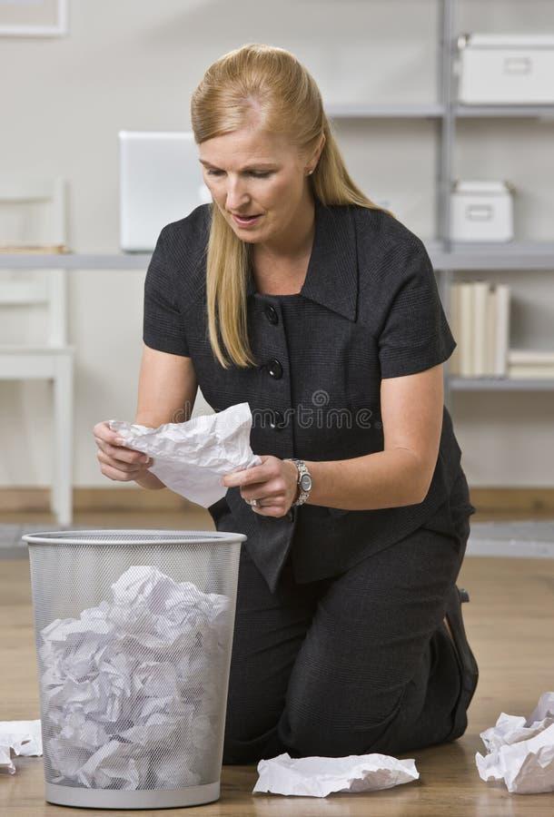 Mujer que mira a través de basura imágenes de archivo libres de regalías