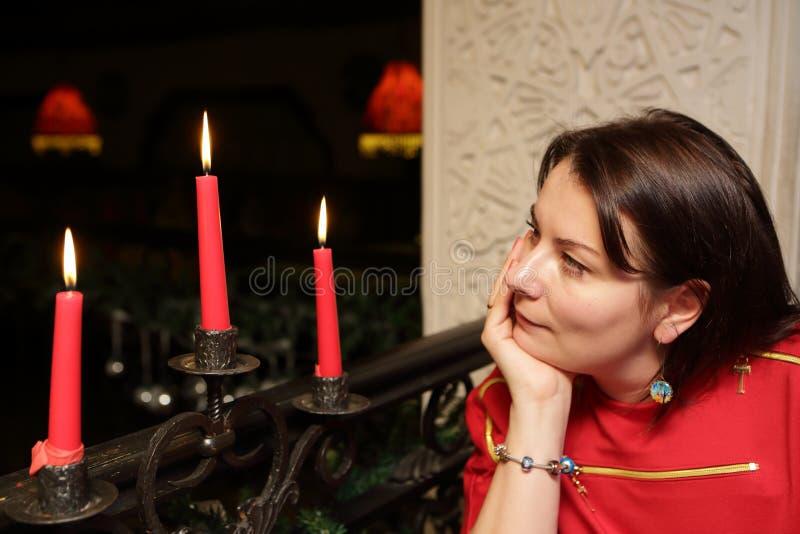 Mujer que mira velas imágenes de archivo libres de regalías