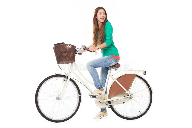 Mujer que monta una bici fotos de archivo