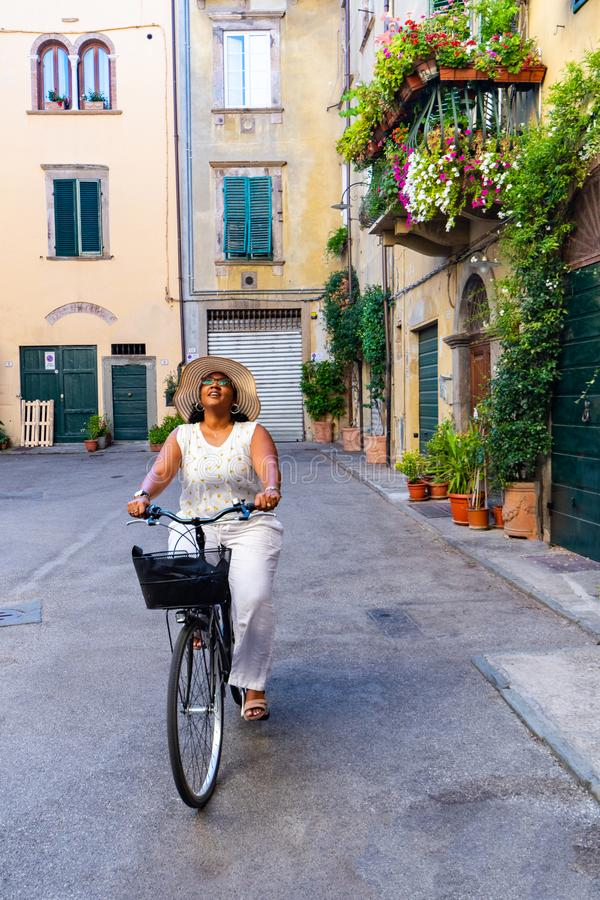 Mujer que monta una bici en Italia fotos de archivo libres de regalías