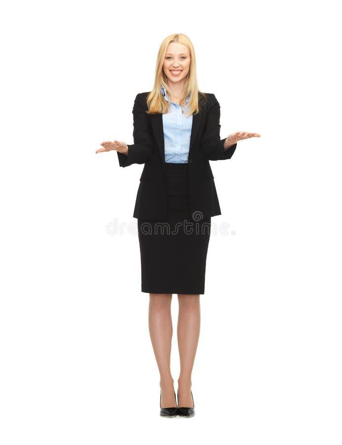 Mujer que muestra algo imaginario en sus manos imagen de archivo libre de regalías