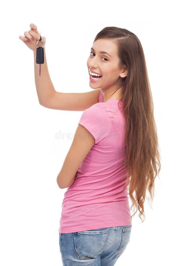 Mujer que muestra apagado nuevos claves del coche imagen de archivo