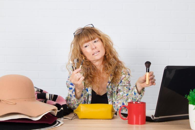 Mujer que muestra influencia en los cosméticos imagen de archivo