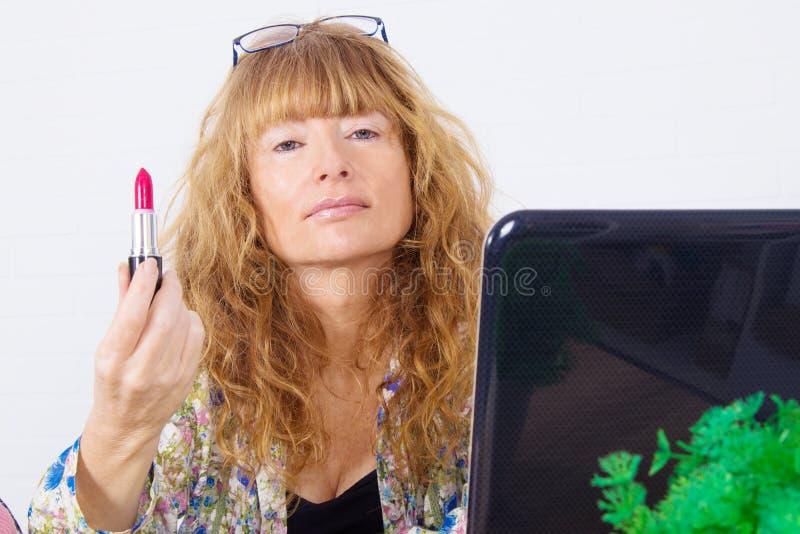 Mujer que muestra influencia en los cosméticos foto de archivo