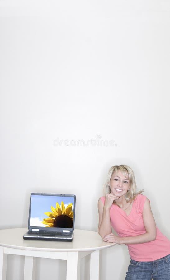 Mujer que muestra la computadora portátil fotos de archivo
