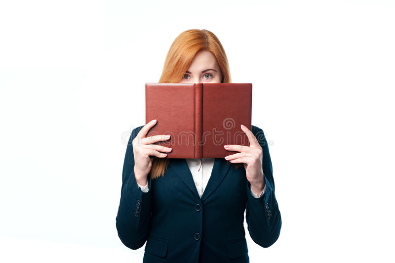 Mujer que muestra las cubiertas de la cara imagen de archivo libre de regalías