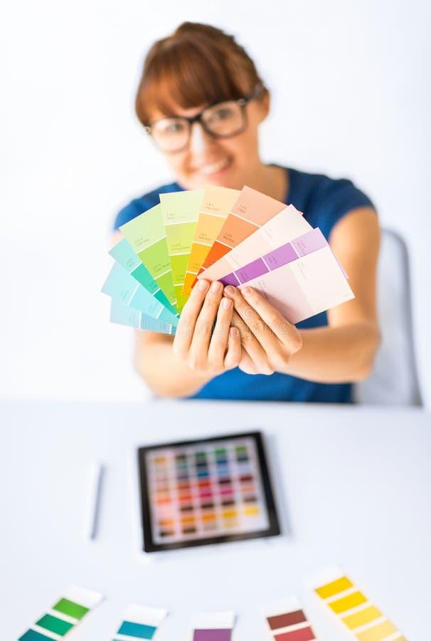 Mujer que muestra muestras del color del pantone imagen de archivo libre de regalías