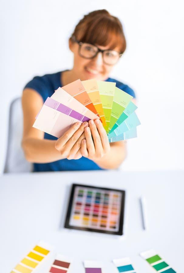 Mujer que muestra muestras del color del pantone fotografía de archivo libre de regalías