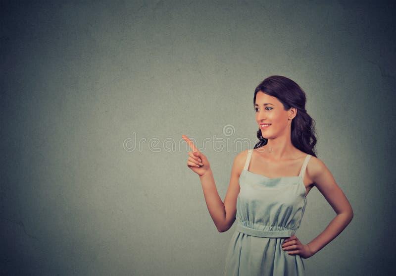 Mujer que muestra señalar con el finger en el espacio de la copia para el producto o el texto foto de archivo libre de regalías