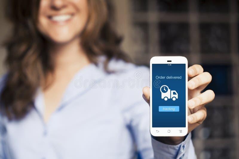 Mujer que muestra su teléfono móvil imágenes de archivo libres de regalías
