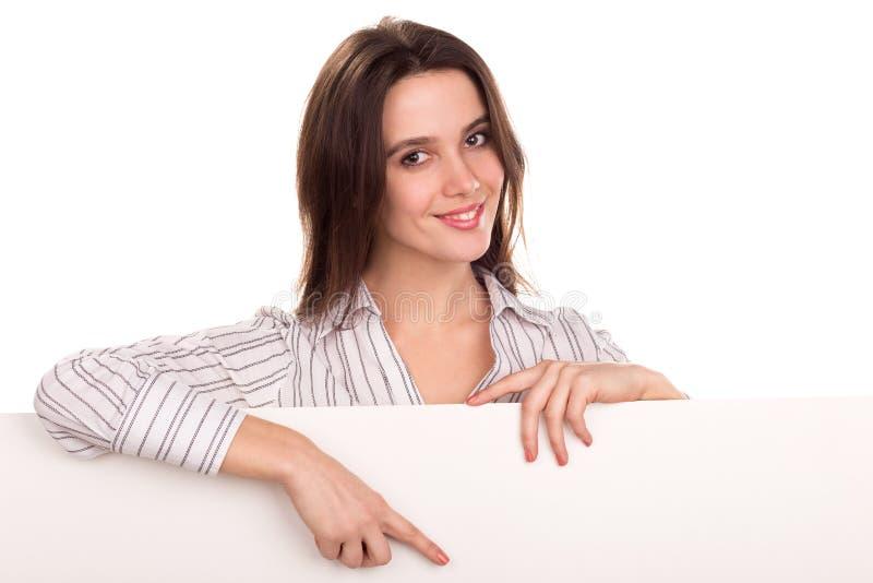Mujer que muestra y que señala en la bandera en blanco de la cartelera fotos de archivo