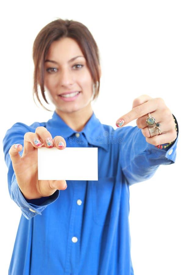 Mujer que muestra y que señala en la muestra en blanco de la tarjeta de visita fotografía de archivo libre de regalías