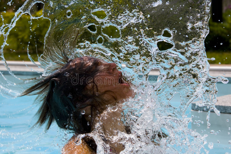 Mujer que mueve de un tirón el pelo mojado fotos de archivo