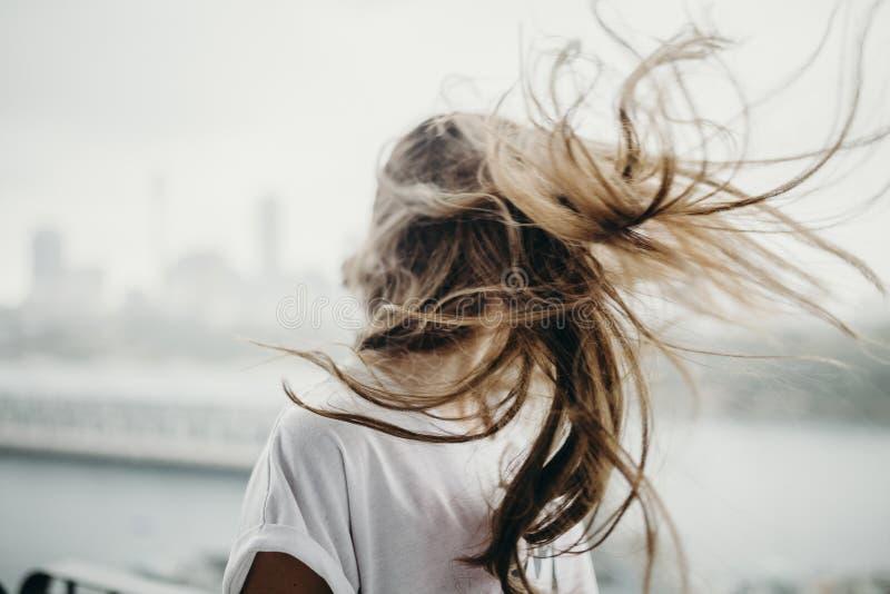 Mujer que mueve la cabeza y el pelo en el aire fotos de archivo