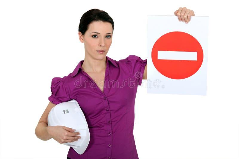Mujer que no lleva a cabo una ninguna muestra de la entrada fotografía de archivo