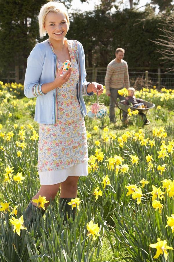 Mujer que oculta los huevos de Pascua adornados imágenes de archivo libres de regalías