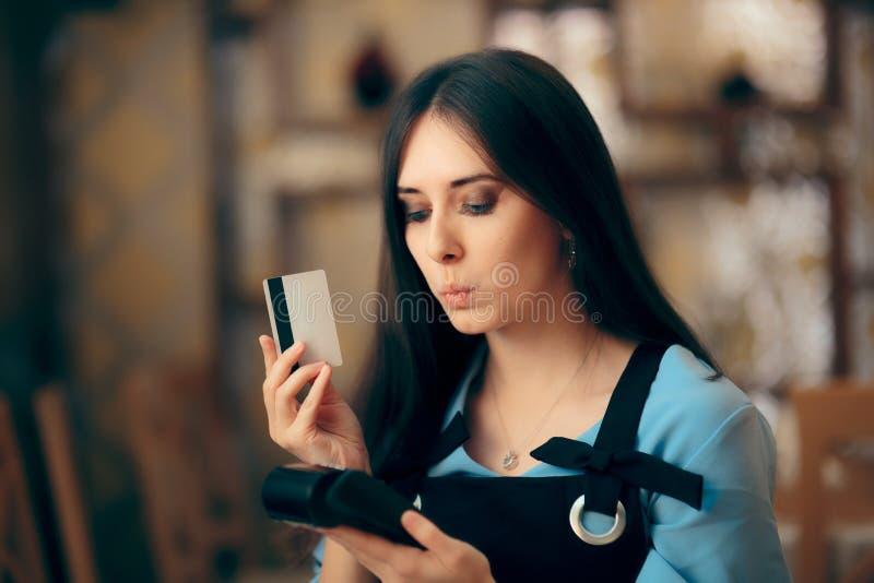 Mujer que paga con la tarjeta de crédito pagando el terminal de la posición fotografía de archivo