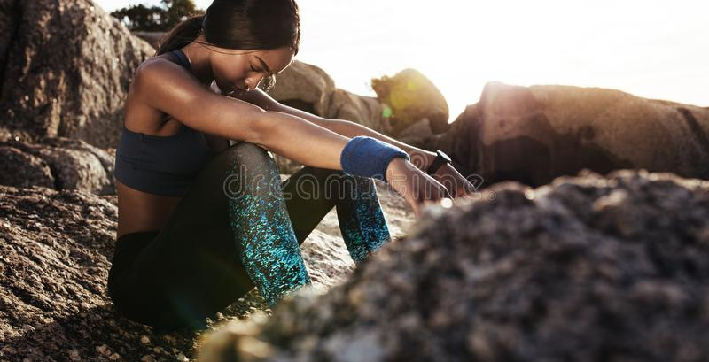 Mujer que parece cansada después de entrenamiento intenso imagen de archivo