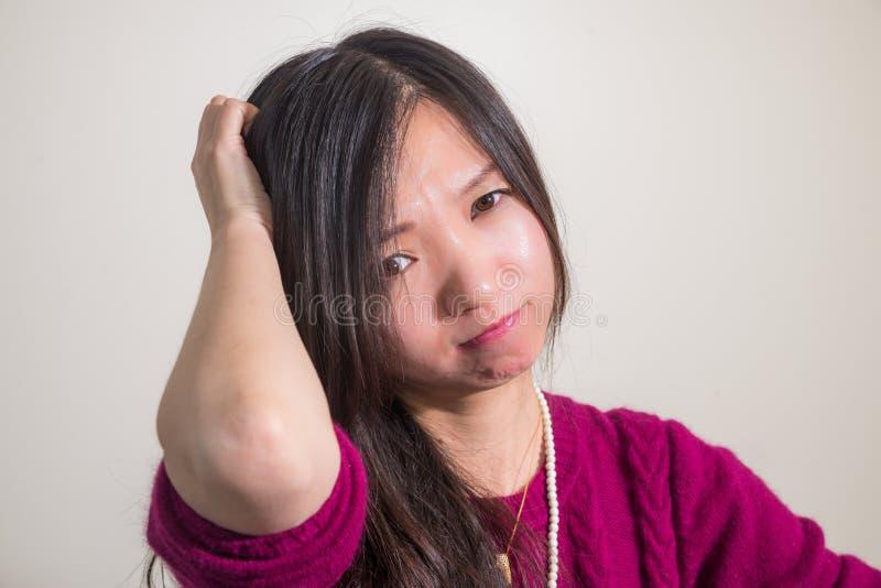 Mujer que parece confundida fotografía de archivo