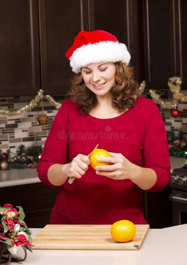 Mujer que pela la naranja imágenes de archivo libres de regalías