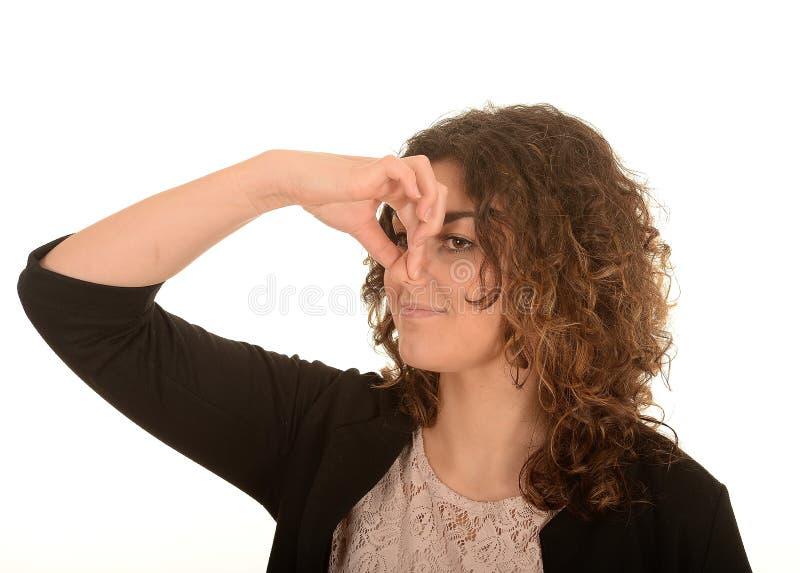 Mujer que pellizca la nariz imagen de archivo