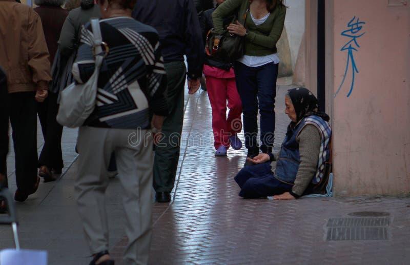 Mujer que pide en una calle comercial en Mallorca imagen de archivo