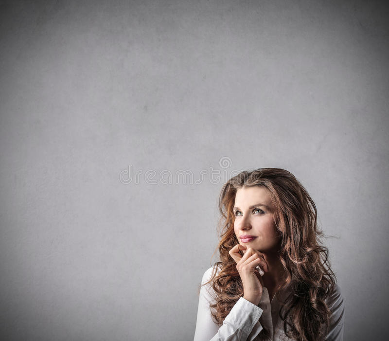 Mujer que piensa en algo fotografía de archivo
