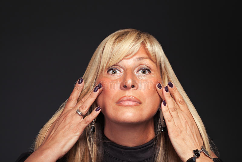 Mujer que piensa en cirugía cosmética fotografía de archivo libre de regalías