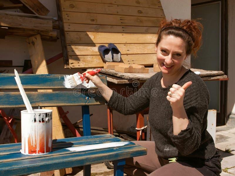 Mujer que pinta 1 imagen de archivo