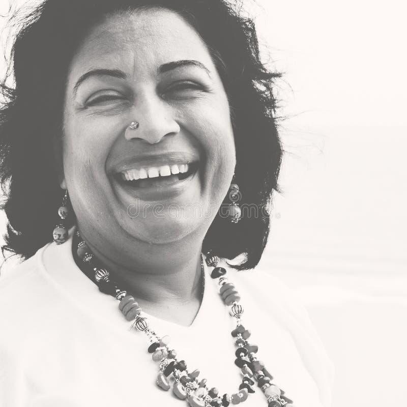 Mujer que plantea concepto indio de la pertenencia étnica del retrato foto de archivo