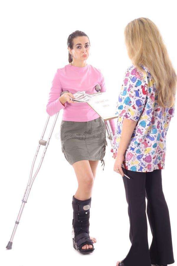 Mujer que pone mala cara pagando sus cuentas médicas