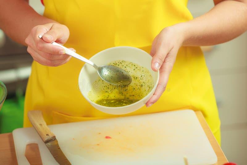 Mujer que prepara el aliño de ensaladas fresco foto de archivo libre de regalías